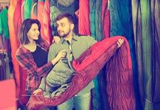 Pares positivos que examinam vários sacos-cama Imagens de Stock Royalty Free