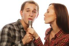 Pares preciosos con el micrófono Fotografía de archivo libre de regalías