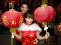 Pares preciosos con la linterna china de papel roja en chino traje Imagen de archivo libre de regalías
