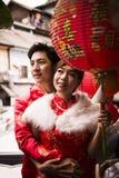 Pares preciosos con la linterna china de papel roja en suit6 chino Fotografía de archivo