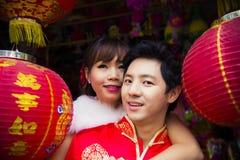 Pares preciosos con la linterna china de papel roja en suit2 chino Fotografía de archivo libre de regalías