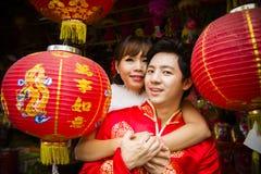 Pares preciosos con la linterna china de papel roja en suit3 chino Foto de archivo