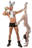 Pares preciosos en trajes del conejo con las zanahorias Imagen de archivo libre de regalías