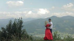 Pares preciosos junto cerca de las montañas Relación y amor Cámara lenta almacen de metraje de vídeo
