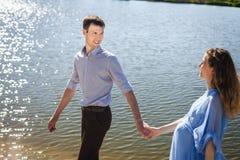 Pares preciosos que caminan en el lago de la costa Foto de archivo