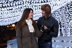 Pares preciosos que se divierten en las vacaciones de invierno Foto de archivo libre de regalías