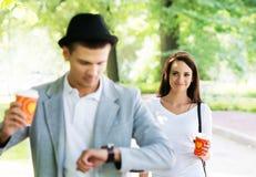 Pares preciosos una fecha romántica en un parque Imagen de archivo libre de regalías