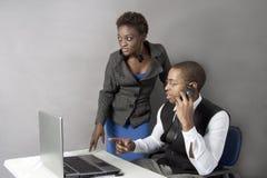 Pares pretos do negócio no escritório que agita as mãos. Fotografia de Stock Royalty Free