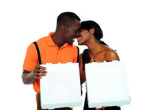 Pares pretos que beijam e que prendem caixas da pizza fotos de stock
