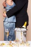 Pares que abraçam com Champagne Imagem de Stock Royalty Free