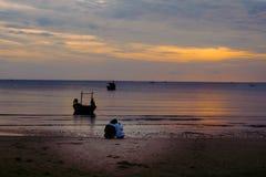 Pares que abraçam na praia no nascer do sol Fotos de Stock Royalty Free