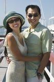 Pares que abraçam no cais Fotos de Stock Royalty Free