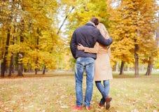 Pares que abraçam no parque do outono da parte traseira Imagem de Stock
