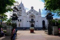 Pares que abrazan delante de iglesia fotografía de archivo libre de regalías