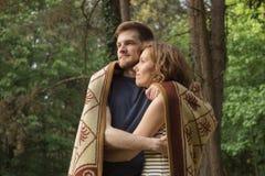 Pares que abrazan el bosque del muchacho de la muchacha Imagen de archivo libre de regalías