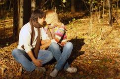 Pares que abrazan en bosque del otoño Foto de archivo