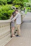 Pares que abrazan en Central Park en New York City Imágenes de archivo libres de regalías