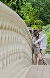 Pares que abrazan en Central Park en New York City Imagenes de archivo
