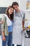 Pares que abrazan en cocina Fotografía de archivo