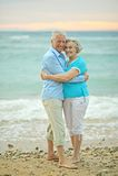 Pares que abrazan en la playa Fotografía de archivo libre de regalías