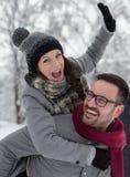 Pares que abrazan en nieve fotografía de archivo libre de regalías