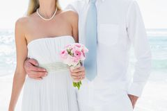Pares que abrazan en su día de boda Fotografía de archivo libre de regalías