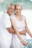 Pares que abrazan en un balneario y una sonrisa Imagen de archivo libre de regalías