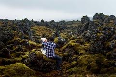 Pares que abrazan en un campo de lava en Islandia fotografía de archivo libre de regalías