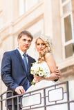 Pares que abrazan, novia de abarcamiento de la boda del novio Foto de archivo libre de regalías