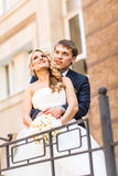 Pares que abrazan, novia de abarcamiento de la boda del novio Imagen de archivo libre de regalías