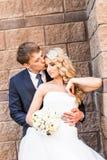 Pares que abrazan, novia de abarcamiento de la boda del novio Imagen de archivo