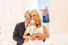 Pares que abrazan, novia de abarcamiento de la boda del novio Fotografía de archivo