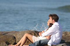Pares que abrazan y que miran el mar Fotografía de archivo libre de regalías