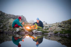 Pares que acampam na noite Imagens de Stock Royalty Free