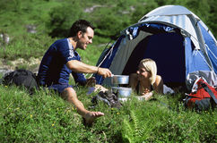 Pares que acampam no grande ao ar livre Fotos de Stock