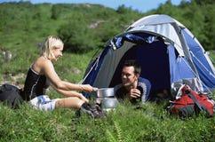 Pares que acampan en el grande al aire libre Fotografía de archivo libre de regalías