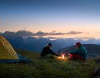 Pares que acampan en la noche Fotos de archivo libres de regalías