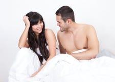 Pares que acordam na cama Foto de Stock Royalty Free