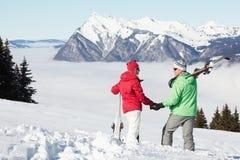 Pares que admiran Mountain View en montañas Imagen de archivo libre de regalías