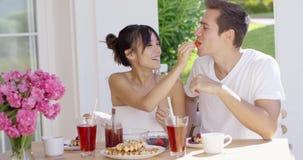 Pares que alimentam-se no café da manhã video estoque
