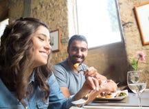 Pares que almuerzan Foto de archivo libre de regalías