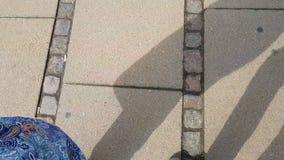 Pares que andam na estrada de cidade junto, pés que movem-se, estilo de vida ativo dos turistas vídeos de arquivo