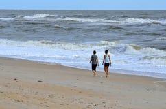Pares que andam na praia Fotos de Stock