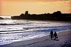 Pares que andam na praia Foto de Stock Royalty Free