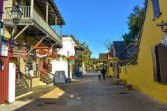 Pares que andam na rua de St George na cidade velha na costa histórica de Florida fotos de stock royalty free