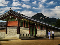 Pares que andam no palácio de Gyeongbokgung imagens de stock royalty free