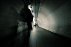 Pares que andam no túnel Foto de Stock