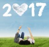Pares que apontam o número 2017 no prado imagens de stock royalty free