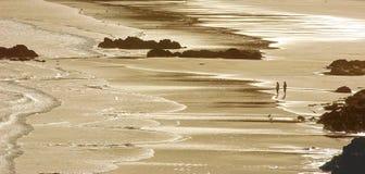 Pares que apreciam a caminhada do amanhecer no verão Fotografia de Stock Royalty Free