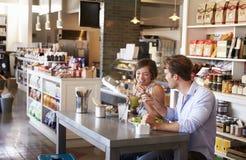 Pares que apreciam a data do almoço no restaurante das guloseimas foto de stock royalty free